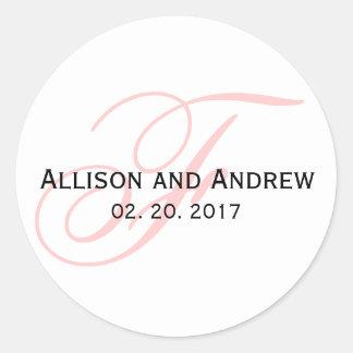Se ruboriza el favor rosado del boda del monograma pegatina redonda