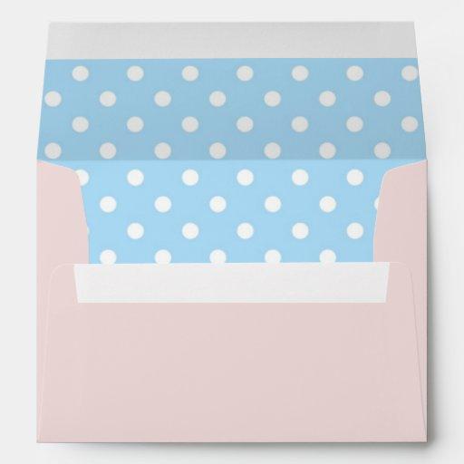 Se ruboriza el sobre rosado con la impresión del l
