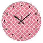 Se ruboriza Quatrefoil rosado Relojes De Pared