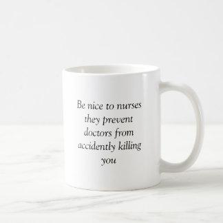 Sea agradable a las enfermeras que previenen a doc taza básica blanca