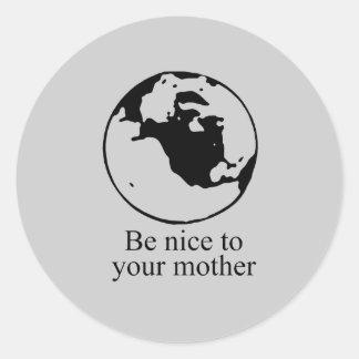 Sea agradable a su madre etiqueta redonda