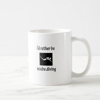 Sea bastante buceo con escafandra taza de café