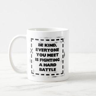 Sea bueno, cada uno está luchando una batalla dura taza clásica