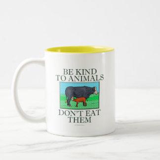 Sea bueno con los animales. No los coma. (taza) Taza Dos Tonos