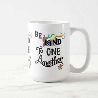 Sea bueno con uno otro - taza