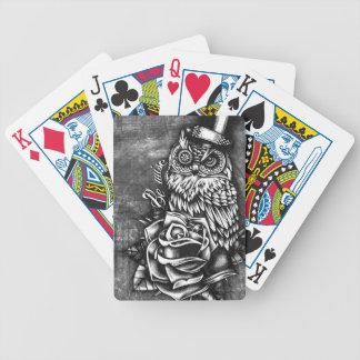 Sea búho sabio del estilo del tatuaje en base de m cartas de juego