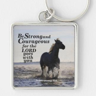 Sea caballo fuerte y valeroso de Deut 31 del verso Llavero Cuadrado Plateado