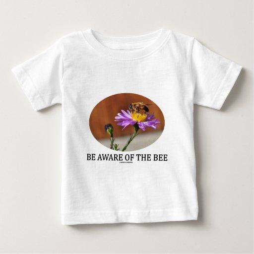 Sea consciente de la abeja (la abeja en una flor) camisetas