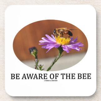 Sea consciente de la abeja (la abeja en una flor) posavasos de bebidas