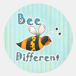 Sea diferente manchado manosean la abeja pegatina redonda
