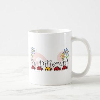 Sea diversas mariquitas con la taza de las flores