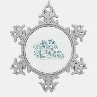 Sea el cambio que usted desea ver en el mundo adorno de peltre en forma de copo de nieve