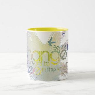 Sea el cambio que usted quiere ver en el mundo taza de café de dos colores