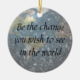 Sea el ornamento del cambio adorno navideño redondo de cerámica