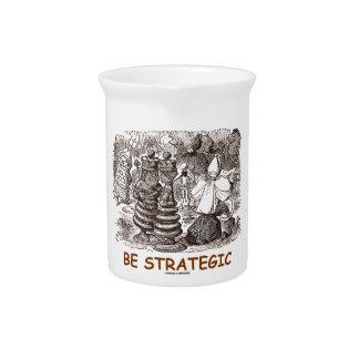 Sea estratégico con el ajedrez del espejo jarras de beber
