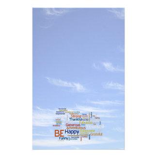 Sea feliz que nube de la palabra en cielo azul papelería personalizada