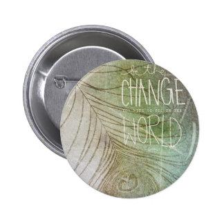 Sea la cita de Gandhi del cambio Pin Redondo De 2 Pulgadas