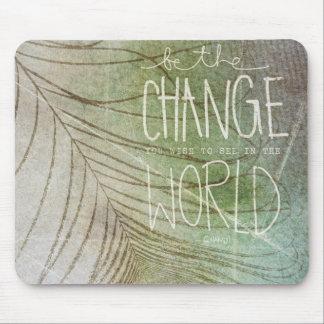 Sea la cita de Gandhi del cambio Tapetes De Ratón