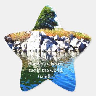 Sea la cita de la sabiduría de Gandhi del cambio Calcomanías Forma De Estrella
