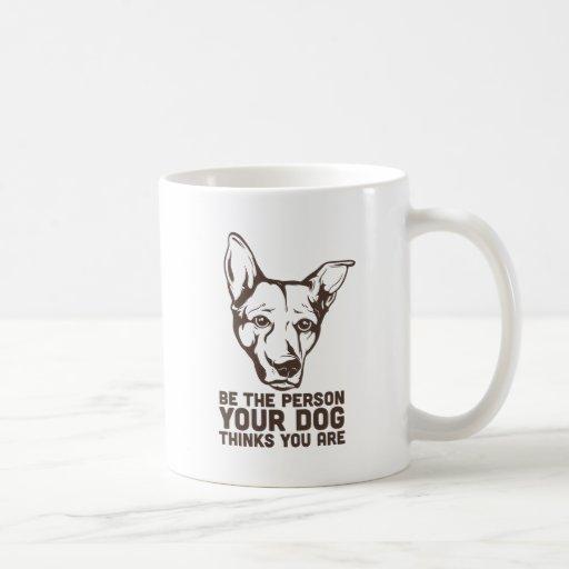 sea la persona que su perro piensa que usted es taza básica blanca