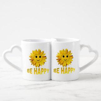 Sea la taza del amante sonriente de la cara del tazas para enamorados