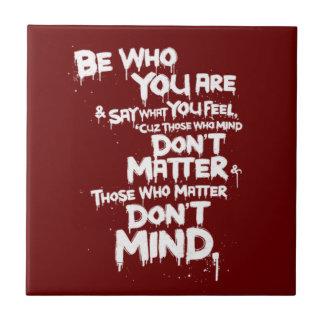 Sea quién usted es y decir lo que usted siente… azulejo cuadrado pequeño