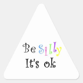 Sea tonto él es pegatina del aceptable-triángulo