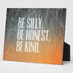 Sea tonto sea honesto - cita de motivación placa para mostrar