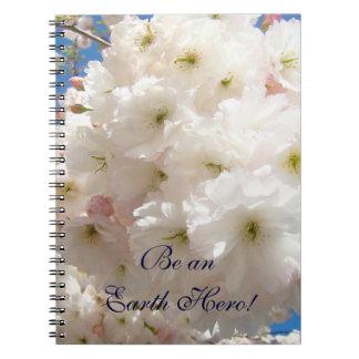 ¡Sea un héroe de la tierra! flores blancos rosados Cuaderno