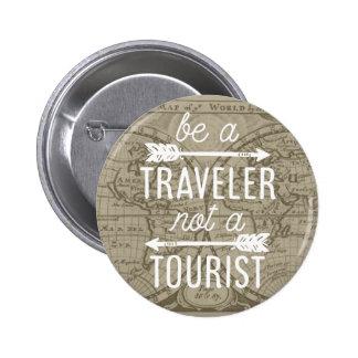 Sea un viajero no una cita turística de la pin redondo de 2 pulgadas