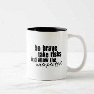 Sea valiente toman riesgos taza de dos tonos