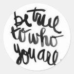 Sea verdad a quién usted es pegatina de la cita
