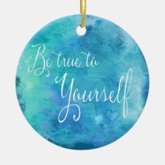 Sea verdad a sí mismo cita azul de la acuarela de adorno navideño redondo de cerámica