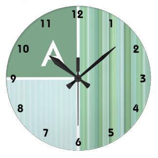 Seafoam, verde salvia, y rayas de azules cielos reloj redondo grande