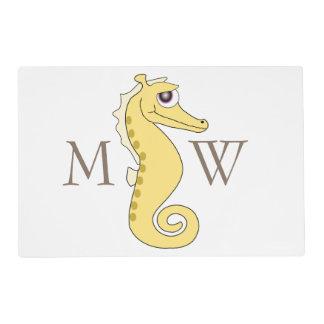 Seahorse amarillo con monograma salvamanteles