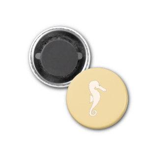 Seahorse de color claro en fondo del color oro imán redondo 3 cm