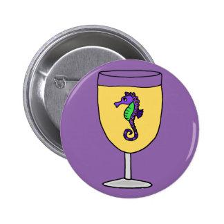 Seahorse púrpura divertido en la copa de vino pin redondo de 2 pulgadas