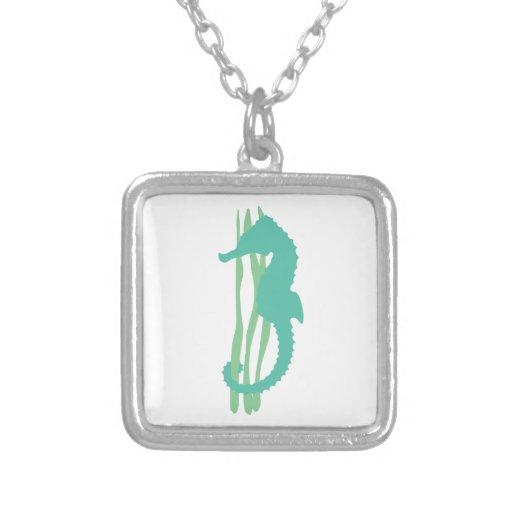 Seahorse verde con la hierba del mar grimpolas