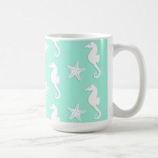 Seahorse y estrellas de mar - blanco en la taza clásica