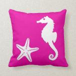 Seahorse y estrellas de mar - blanco en rosa almohada