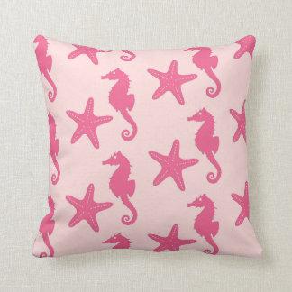 Seahorse y estrellas de mar - rosa del coral cojín