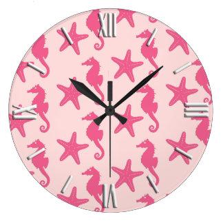 Seahorse y estrellas de mar - rosa del coral reloj redondo grande