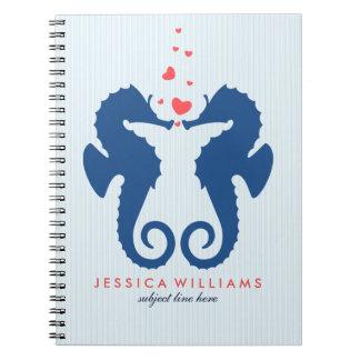 Seahorses lindos de los azules marinos en amor spiral notebooks