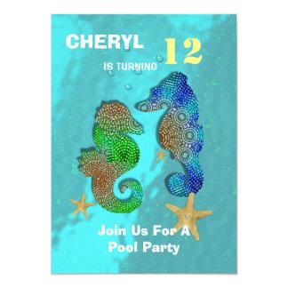 """Seahorses pequeños de la natación personalizados invitación 5"""" x 7"""""""