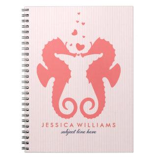 Seahorses rojos coralinos lindos en amor spiral notebooks
