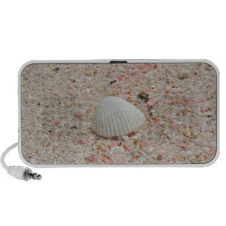 Seashell blanco en la playa rosada de la arena PC altavoces