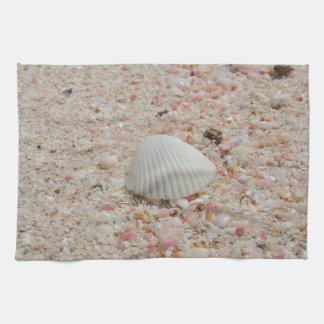 Seashell blanco en la playa rosada de la arena toallas de mano