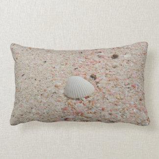 Seashell blanco y almohada rosada de la playa de l