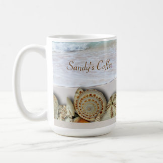 Seashell de los amantes de la playa y taza de café