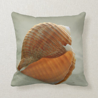 Seashell en la almohada de la playa de la arena